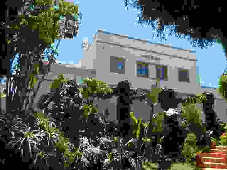 Pintura: Fachadas e exteriores Casas mediterrânicas por RenoBuild Algarve Mediterrânico