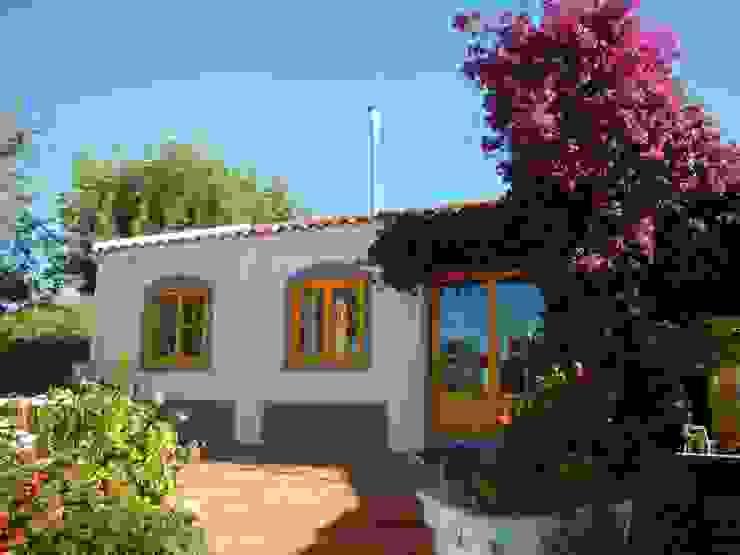 Pintura: Madeira, Fachadas e exteriores Casas rústicas por RenoBuild Algarve Rústico