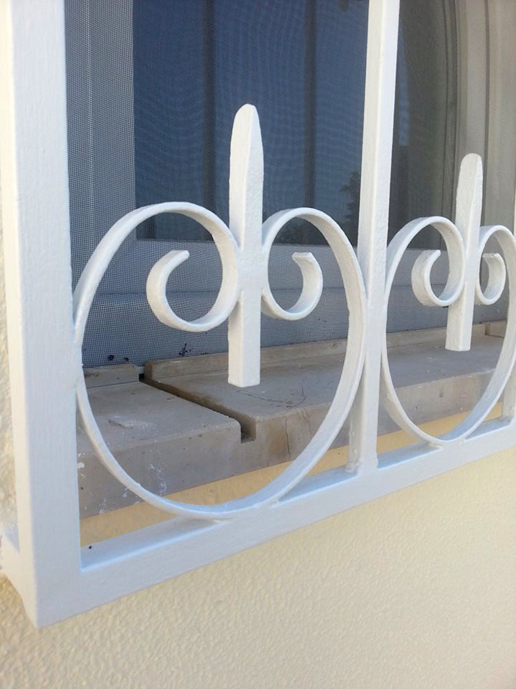 Pintura: Elementos metálicos Casas mediterrânicas por RenoBuild Algarve Mediterrânico