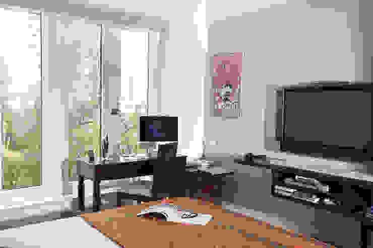 Estudios y bibliotecas de estilo tropical de Nitido Interior design Tropical Madera maciza Multicolor
