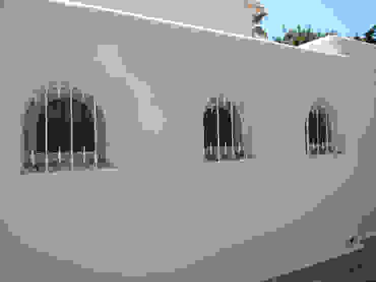 Pintura: Elementos metálicos, Fachadas e exteriores Casas mediterrânicas por RenoBuild Algarve Mediterrânico