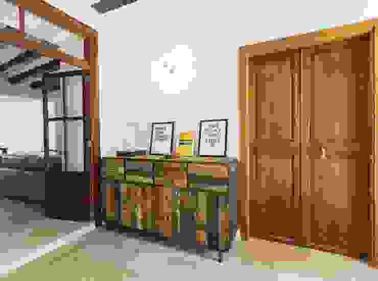 Diseño vintage para una casa de pueblo en Mallorca Pasillos, vestíbulos y escaleras de estilo rústico de Bornelo Interior Design Rústico