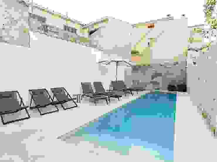 Diseño vintage para una casa de pueblo en Mallorca Piscinas de estilo moderno de Bornelo Interior Design Moderno