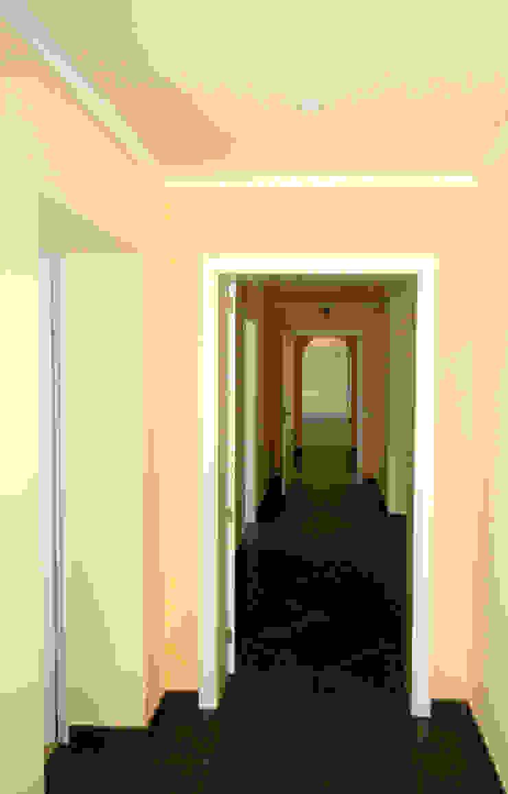 Remodelação / Renovação de Interiores Corredores, halls e escadas modernos por RenoBuild Algarve Moderno
