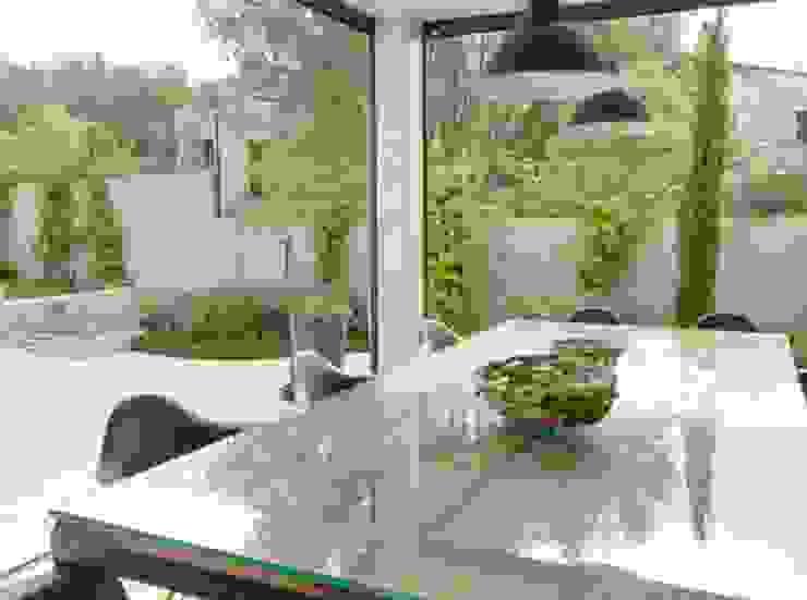 Villa en Sa Cabaneta Jardines de estilo moderno de Bornelo Interior Design Moderno