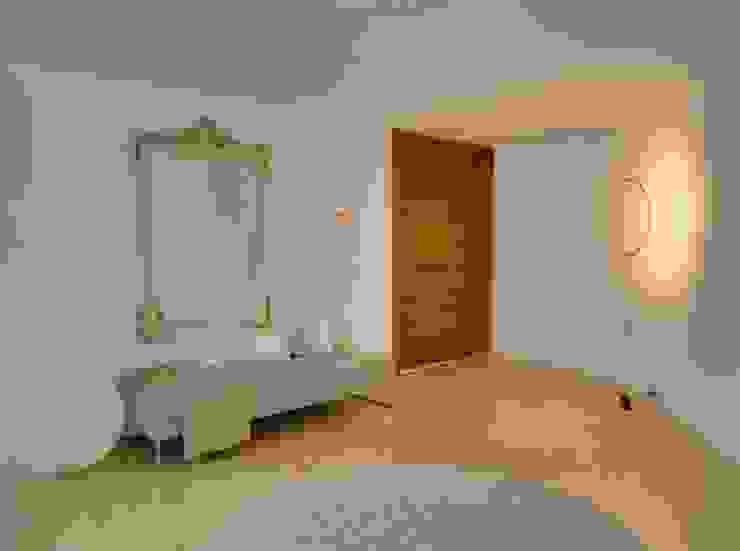 Villa en Sa Cabaneta Pasillos, vestíbulos y escaleras de estilo moderno de Bornelo Interior Design Moderno