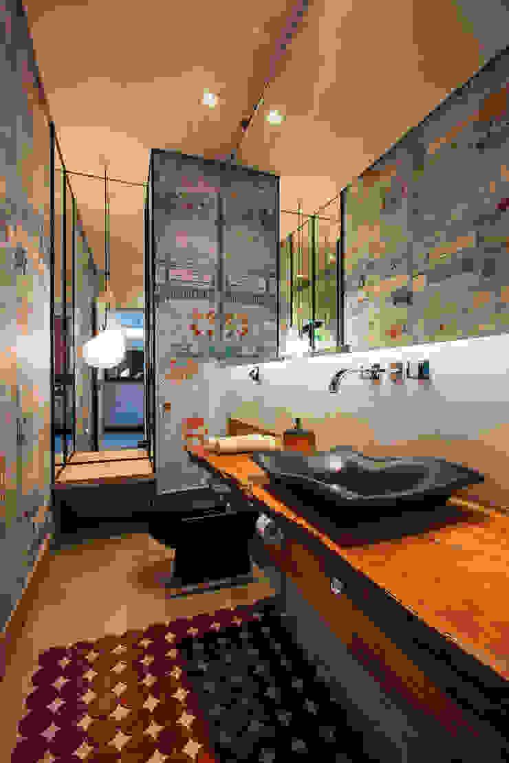 Modern Bathroom by Alice Martins Flávio Butti Modern