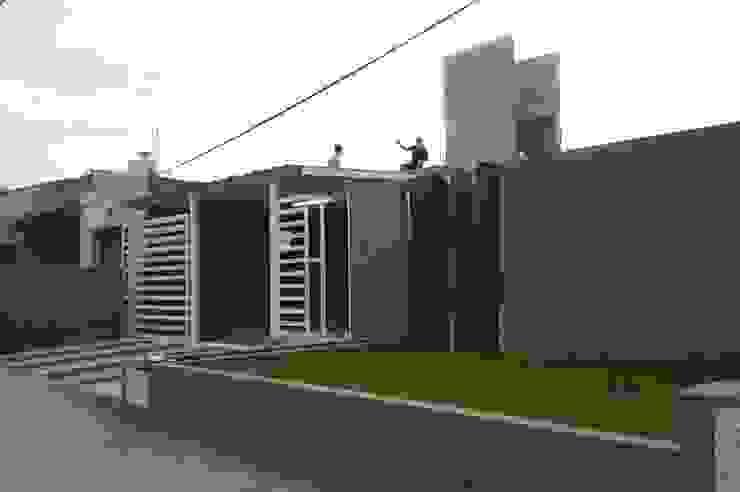 Vivienda Pro.Cre.Ar en Malagueño Balcones y terrazas modernos: Ideas, imágenes y decoración de Arqs. Enríquez Ingaramo Moderno