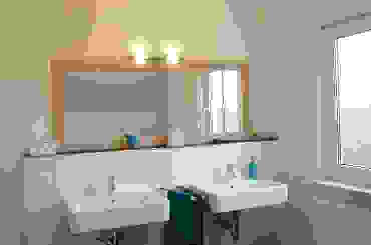 Ванная комната в стиле модерн от Skapetze Lichtmacher Модерн