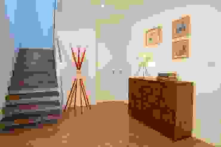 LUGAR DAS LETRAS Corredores, halls e escadas minimalistas por MH PROJECT Minimalista