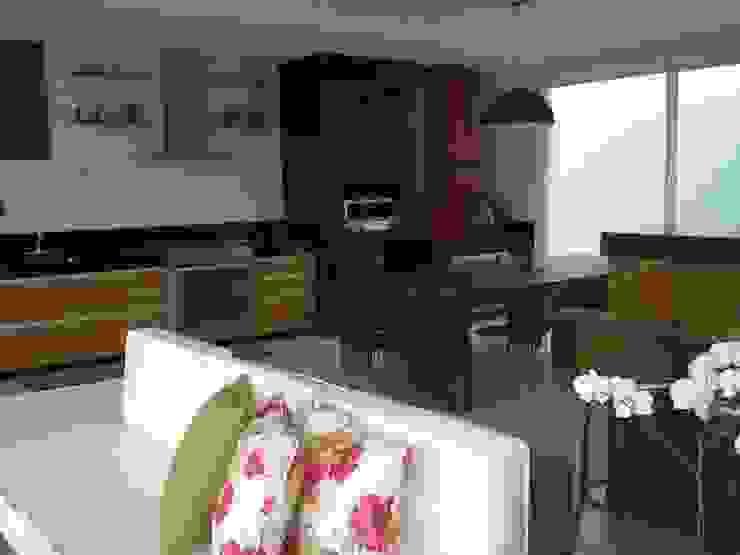 Detalhe para móveis em madeira de demolição Cozinhas modernas por Monica Guerra Arquitetura e Interiores Moderno