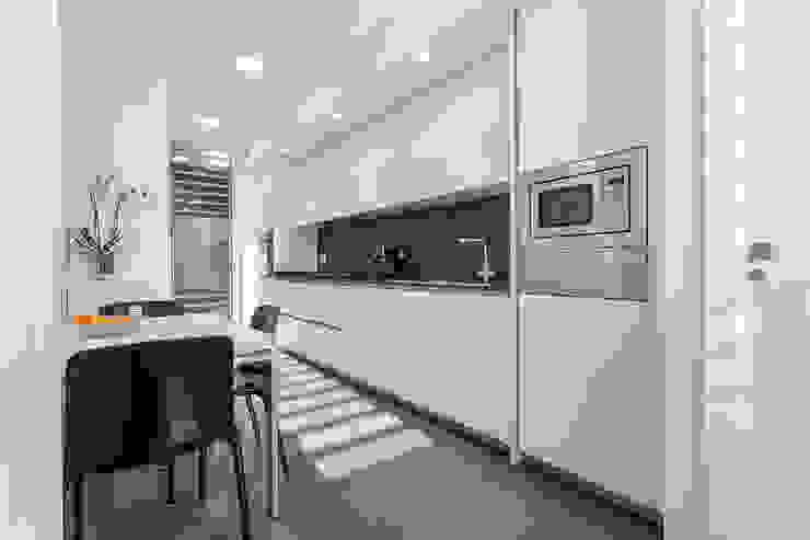 Una casa diferente Cocinas de estilo moderno de jk-interiores Moderno
