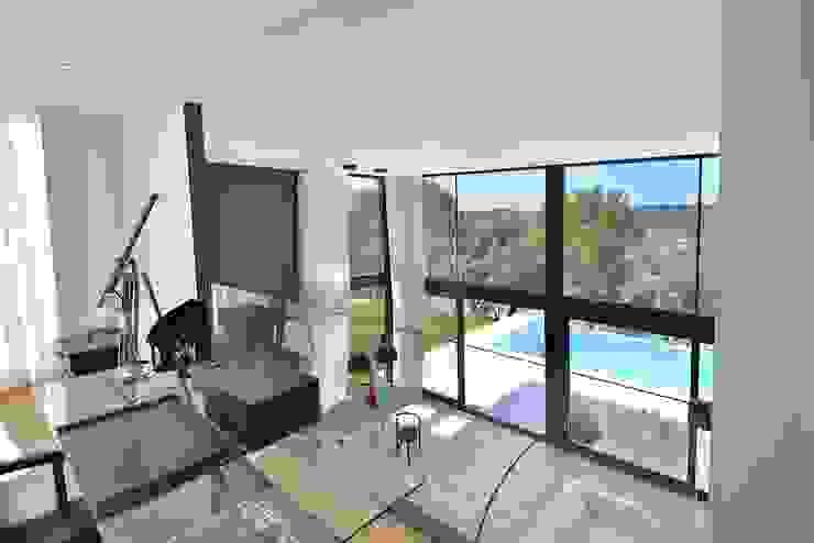vista hacia doble altura Salones de estilo moderno de MODULAR HOME Moderno