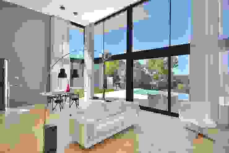 salon a doble altura Salones de estilo moderno de MODULAR HOME Moderno