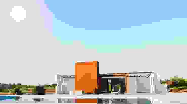 Casa Klee vista con piscina mediante lamina de agua Piscinas de estilo moderno de MODULAR HOME Moderno