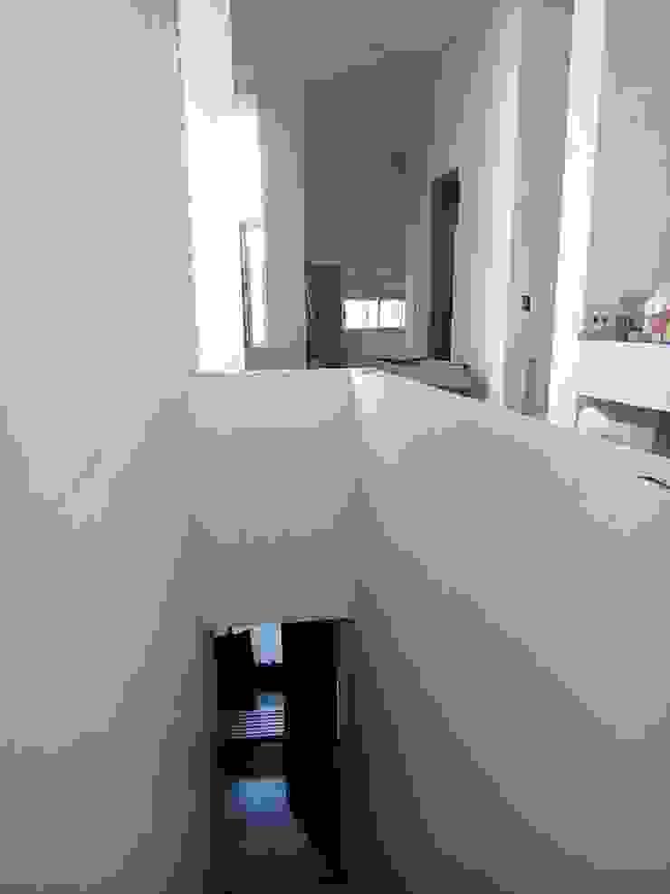 Modern corridor, hallway & stairs by Prece Arquitectura Modern