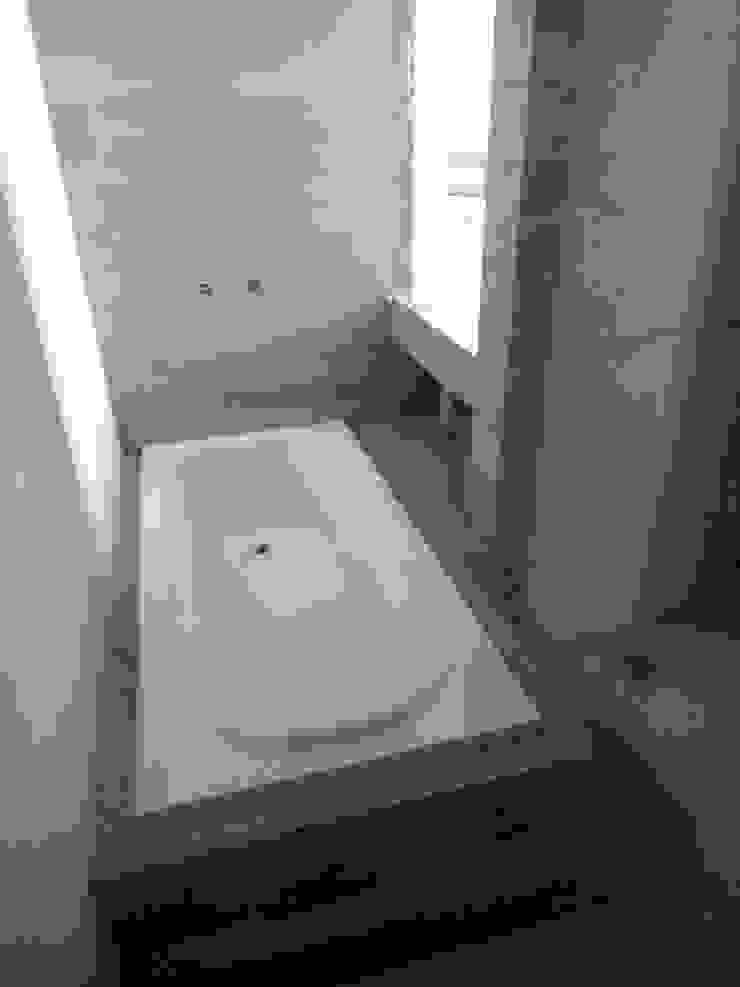 Modern style bathrooms by Prece Arquitectura Modern