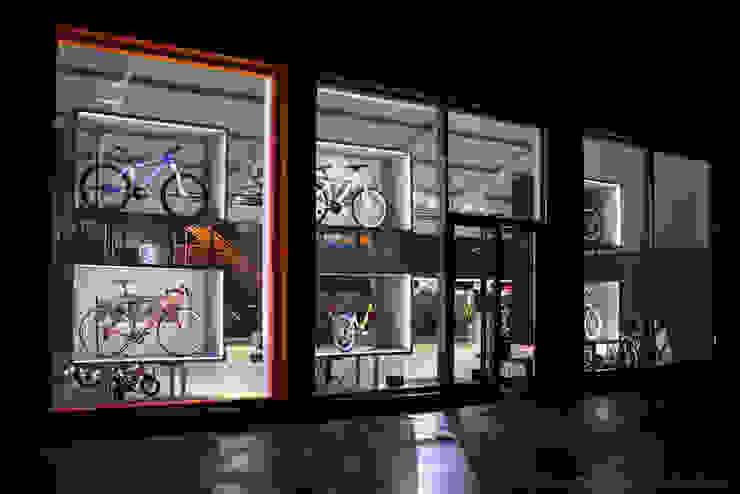 MegaConcept Store da KTM Bike Industries / Bicicletas Coelho Garagens e arrecadações modernas por FIAR Moderno