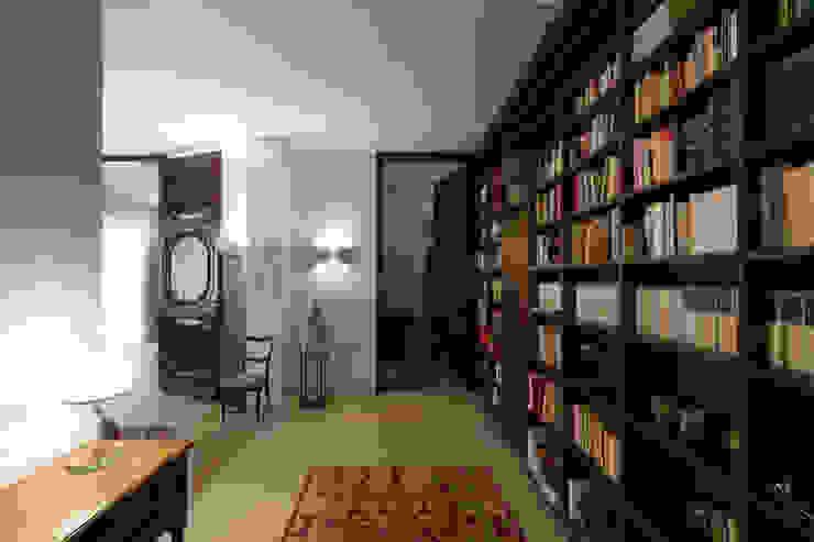 HHR | historical apartment restyling Ingresso, Corridoio & Scale in stile classico di Atelierzero Architects Classico