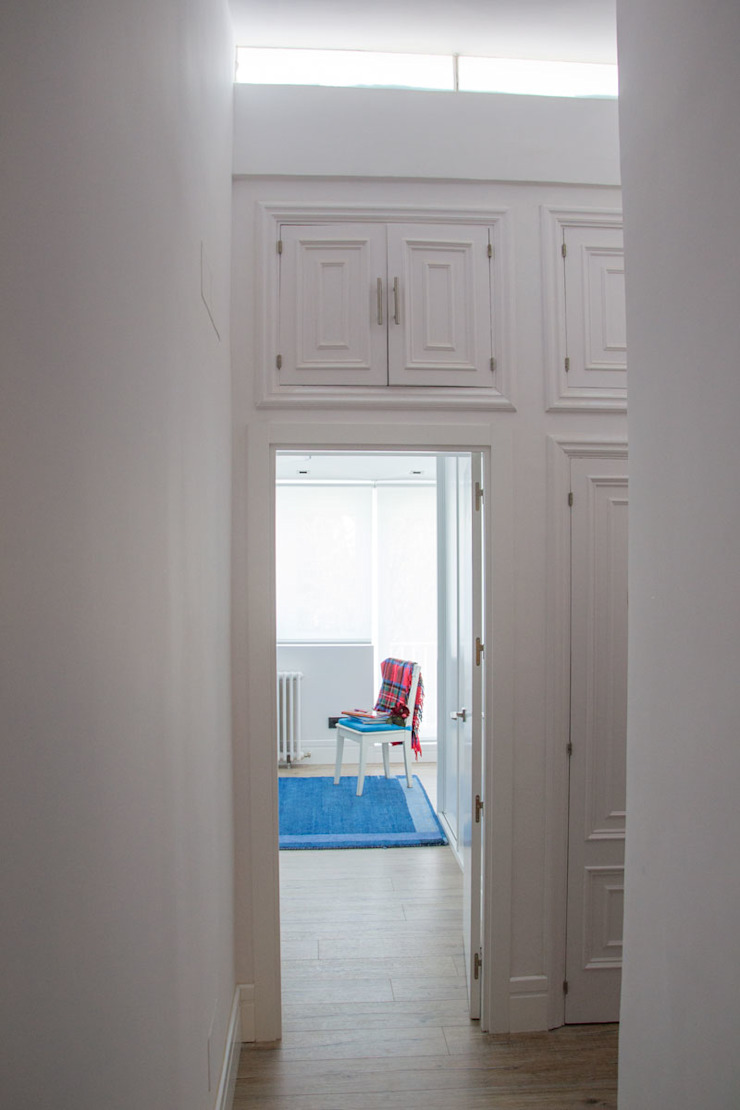 Classic style corridor, hallway and stairs by Viteri/Lapeña Classic
