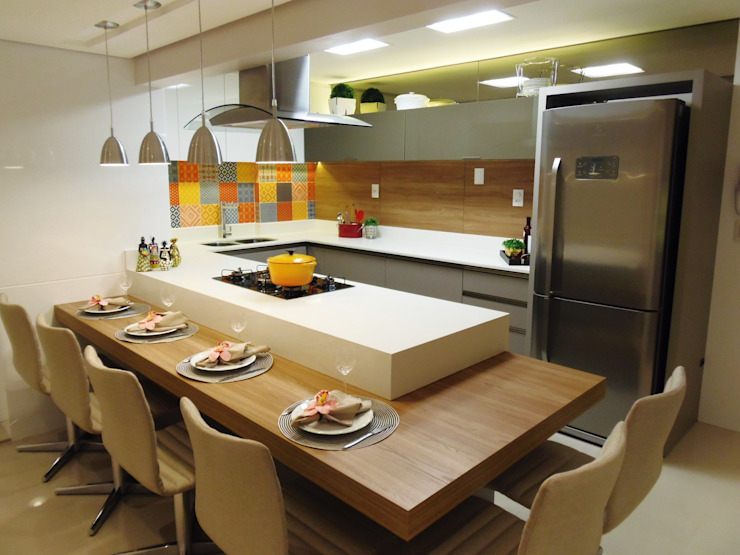 Kitchen by Marina Turnes Arquitetura & Interiores,