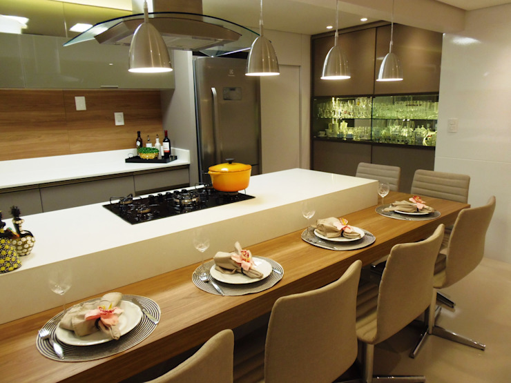 Kitchen by Marina Turnes Arquitetura & Interiores