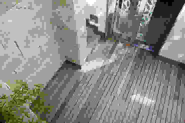 Saunahof mit Naturstein und Holzboden Moderner Garten von dirlenbach - garten mit stil Modern