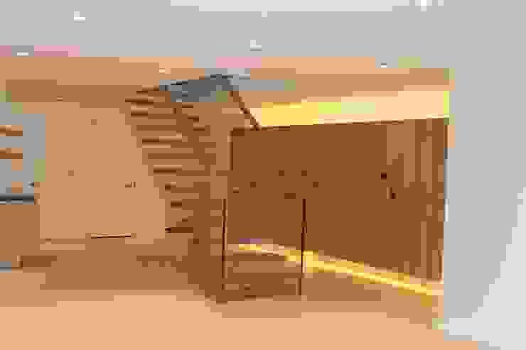 Pasillos y vestíbulos de estilo  por Siller Escaleras, Clásico