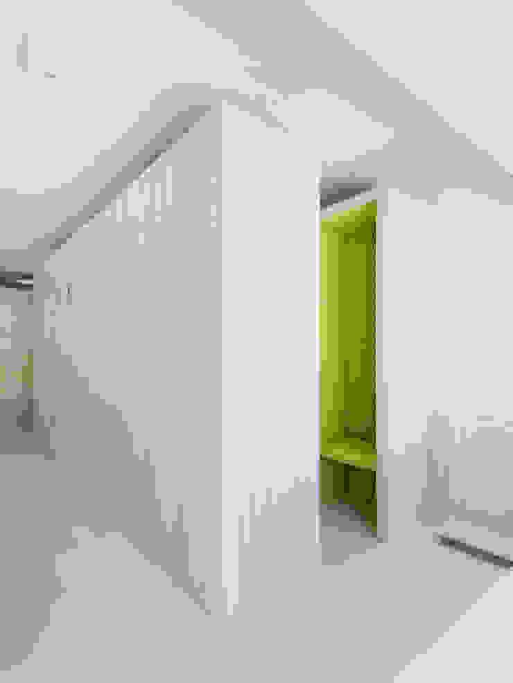 Confessionário Salas de estar minimalistas por Site Specific Minimalista