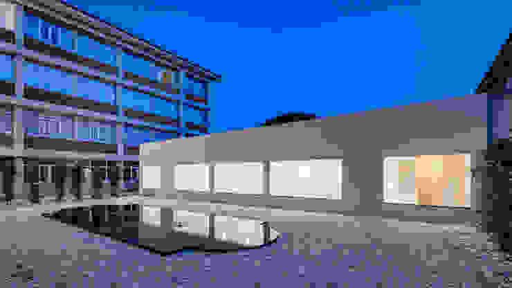 Fachada e relação com espaço exterior Casas minimalistas por Site Specific Minimalista
