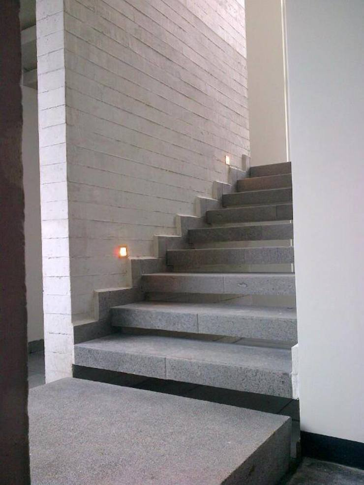 Minimalist corridor, hallway & stairs by Diez y Nueve Grados Arquitectos Minimalist