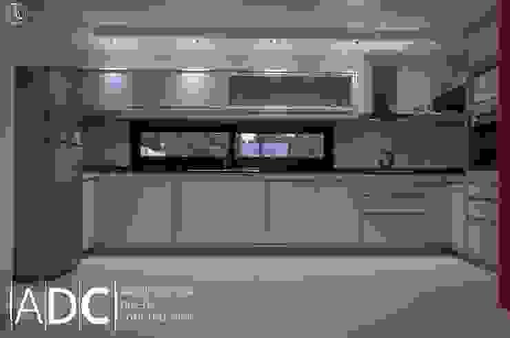 Cocina: bajo mesada, alacena , columna de horno. Cerrada de DIAZ GUERRA ESTUDIO Moderno Compuestos de madera y plástico