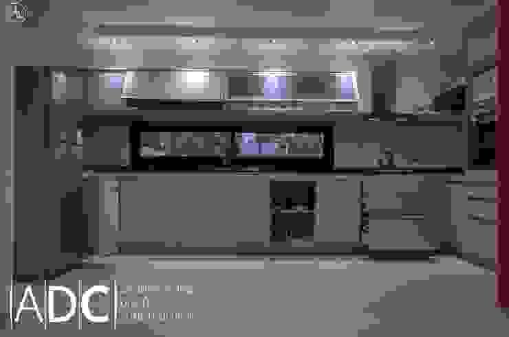 Cocina: bajo mesada, alacena , columna de horno. Abierta de DIAZ GUERRA ESTUDIO Moderno