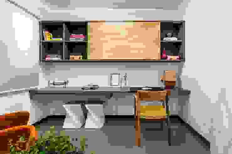 Рабочие кабинеты в . Автор – LS ARQUITETURA, Минимализм Изделия из древесины Прозрачный