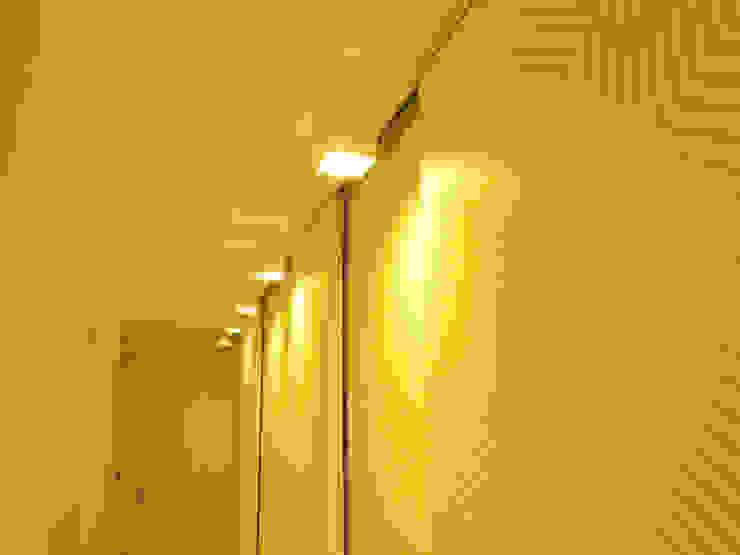Roupeiros revestidos a papel de parede Corredores, halls e escadas modernos por Poliune Moderno