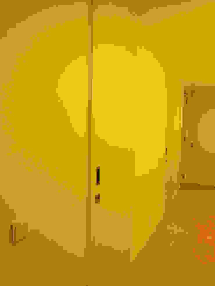 Portas lacadas a Branco mate Corredores, halls e escadas modernos por Poliune Moderno