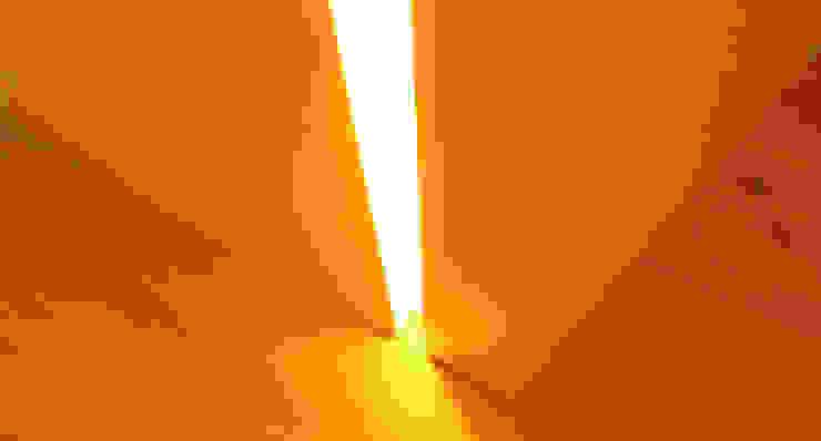 Iluminação vertical em LED Quartos modernos por Poliune Moderno