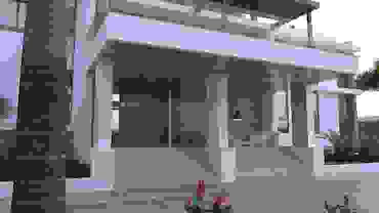 Acceso vivienda Area5 arquitectura SAS Casas modernas Madera Marrón