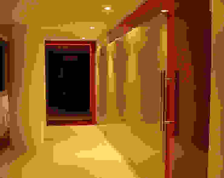 Paredes y pisos de estilo moderno de BCA Arch and Interiors Moderno