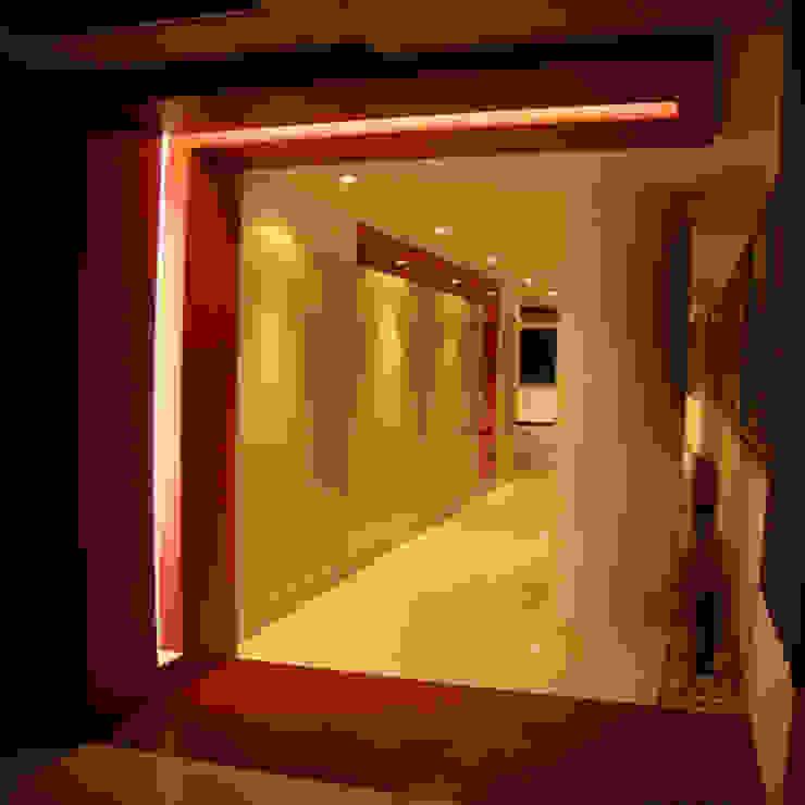 Pasillos, vestíbulos y escaleras de estilo moderno de BCA Arch and Interiors Moderno