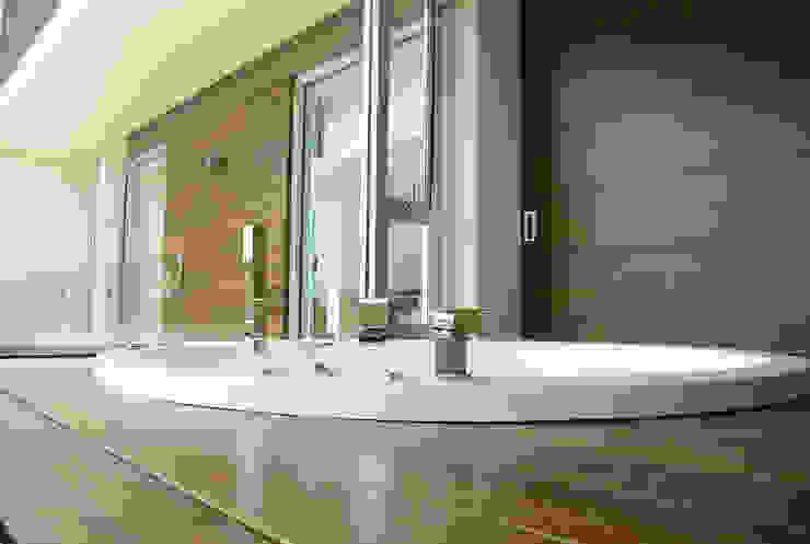 Casa Bosque de Niebla Baños modernos de BCA Taller de Diseño Moderno