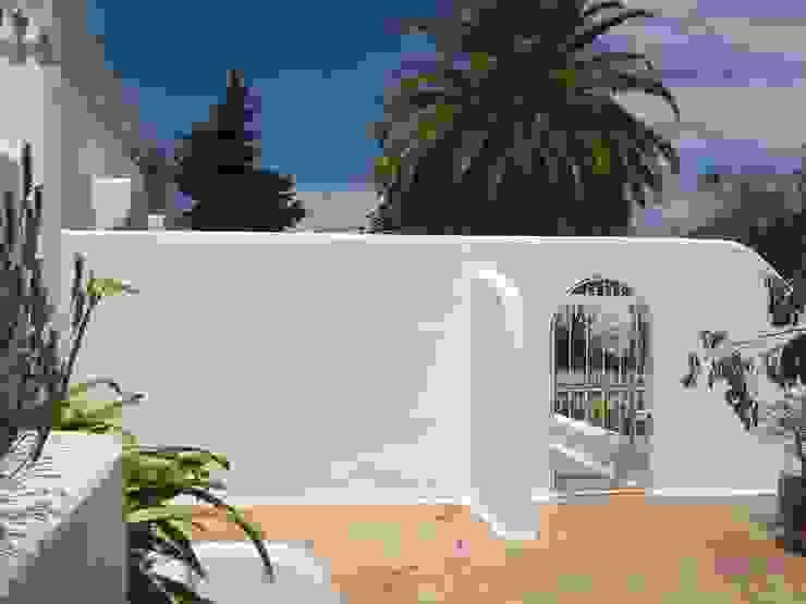 Facade Renovation / Repairing Cracks Дома в средиземноморском стиле от RenoBuild Algarve Средиземноморский