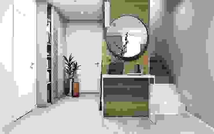 Pasillos, vestíbulos y escaleras de estilo moderno de FOORMA Moderno