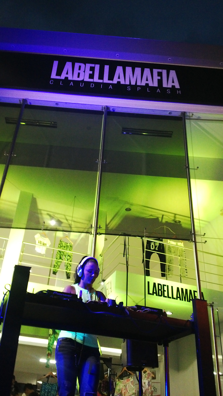 LOCAL COMERCIAL LABELLAMAFIA de ION arquitectura SAS Minimalista