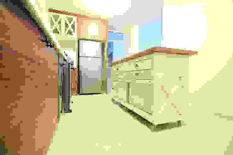 Isla móvil Cocinas de estilo moderno de D.I. Pilar Román Moderno Madera Acabado en madera