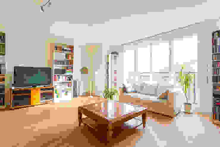 Salas de estar modernas por AVENIR & SERENITE PATRIMOINE Moderno