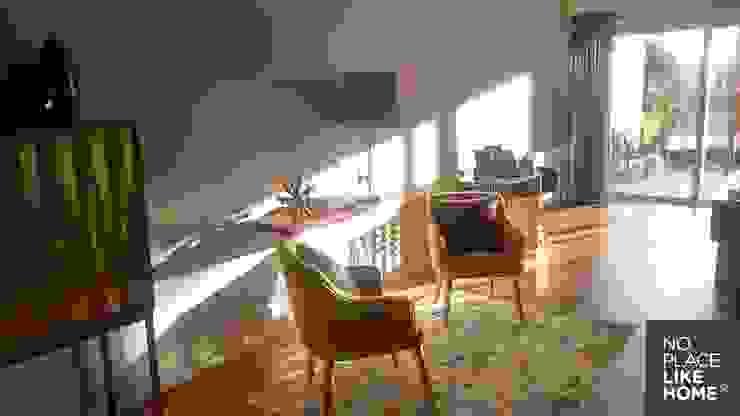 A cozy space for reading por No Place Like Home ® Moderno