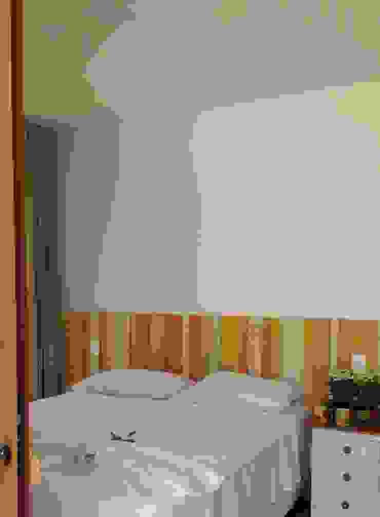 Dormitorios de estilo tropical de Tânia Póvoa Arquitetura e Decoração Tropical Madera maciza Multicolor