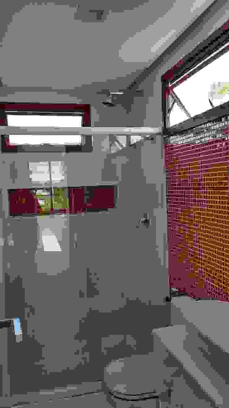 Baños de estilo tropical de Tânia Póvoa Arquitetura e Decoração Tropical Cerámico