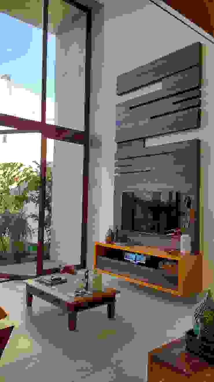 Livings de estilo tropical de Tânia Póvoa Arquitetura e Decoração Tropical Madera Acabado en madera